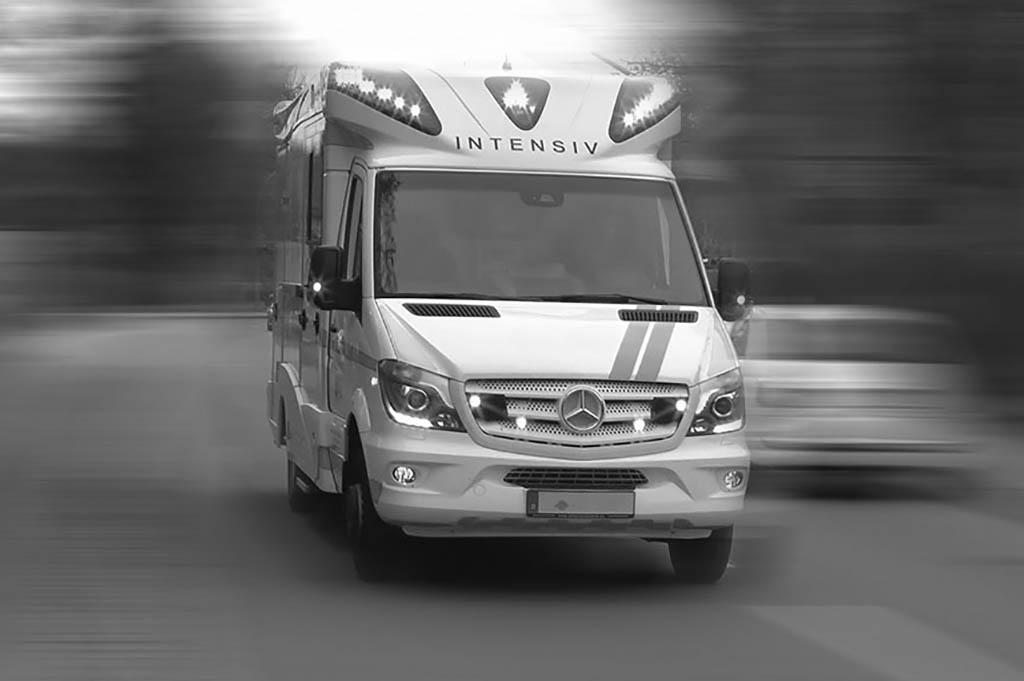Ein Intensivtransportwagen von vorne während eines Einsatzes fotografiert.