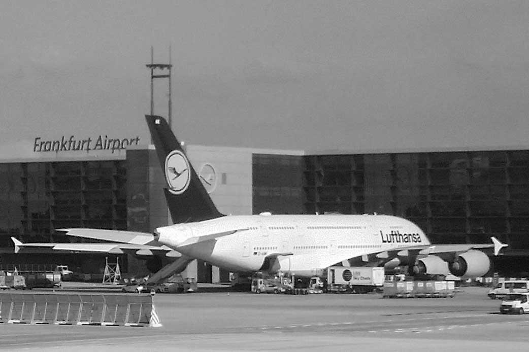 Ein Airbus A380 wird am Frankfurt Airport beladen und für den Start vorbereitet.