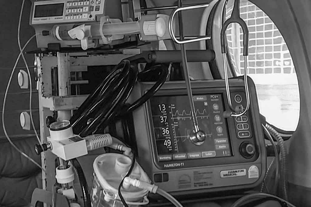 Im Bild sind medizinische Geräte zu sehen, die in einem Ambulanzjet während eines Intensivtransportes benötigt werden.