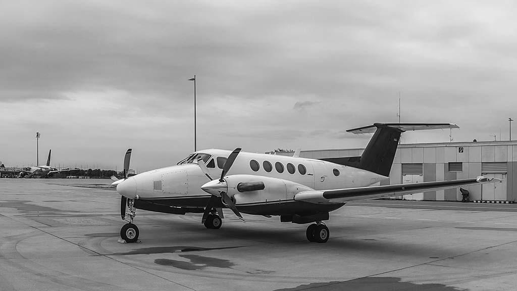 Ein King Air 200 auf dem Rollfeld.