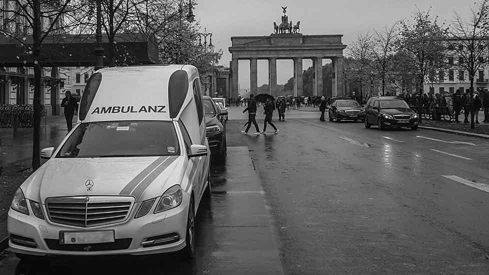 Ein Krankentransportwagen im Berlin während eines Einsatzes.
