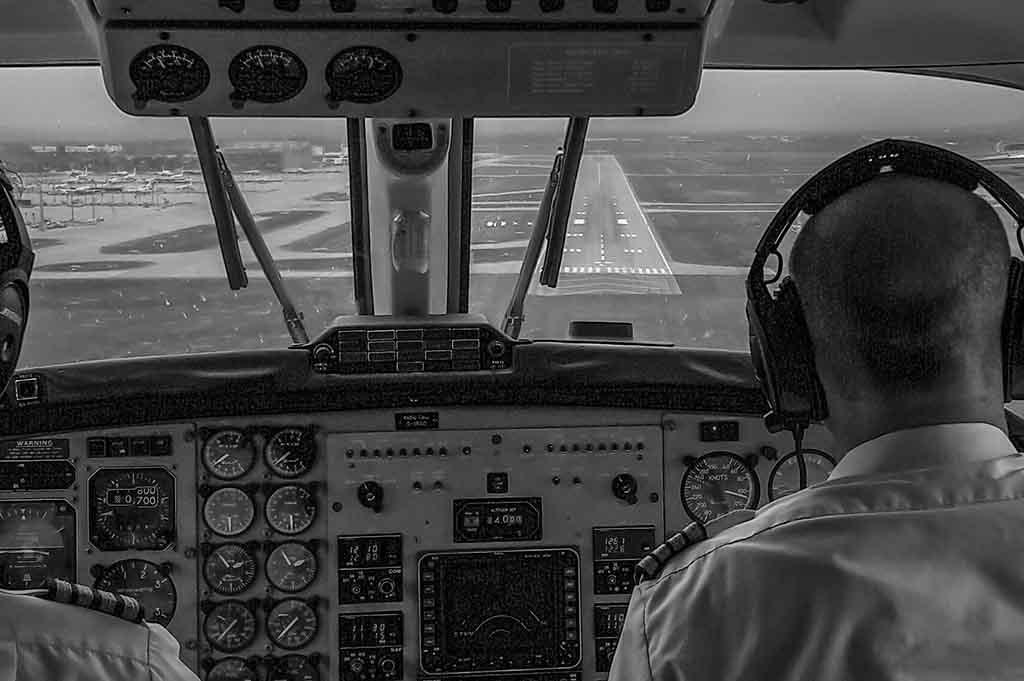 Ein Linienflugzeug beim Landeanflug mit medizinischer Flugbegleitung.